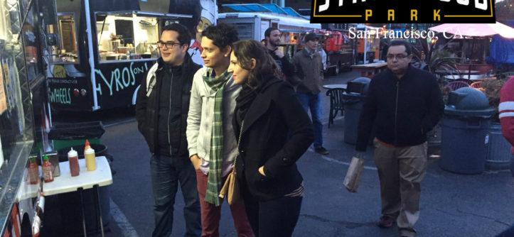 Juan David, en el centro con bufanda de rayas, visita una zona de food trucks en San Francisco con dos de sus compañeros becarios.
